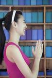 Ritratto delle giovani donne che fanno yoga con le mani afferrate insieme, vista laterale Fotografie Stock Libere da Diritti