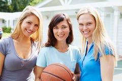 Ritratto delle giovani donne che giocano la partita di pallacanestro Fotografie Stock Libere da Diritti