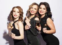Ritratto delle giovani donne eleganti con i vetri di un champagne alla celebrazione Fotografia Stock
