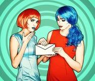 Ritratto delle giovani donne nello stile comico di trucco di Pop art Le femmine stanno leggendo la lettera immagine stock libera da diritti