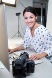 Ritratto delle immagini femminili di In Studio Reviewing del fotografo dal tiro di foto sul computer fotografie stock libere da diritti