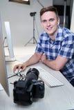Ritratto delle immagini maschii di In Studio Reviewing del fotografo dal tiro di foto sul computer immagine stock