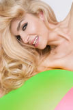 Ritratto delle labbra rosse sexy di un bello modello biondo sexy dai capelli lunghi della donna Immagine Stock