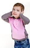 Ritratto delle orecchie della copertura della bambina con le mani Immagini Stock Libere da Diritti
