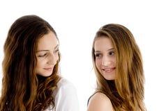 Ritratto delle ragazze che osservano l'un l'altro Immagini Stock Libere da Diritti