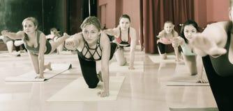 Ritratto delle ragazze che praticano yoga Fotografia Stock Libera da Diritti