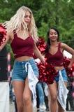 Ritratto delle ragazze del pompon che ballano all'evento di manifestazione di automobile di divertimento fotografia stock libera da diritti