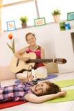 Ritratto delle scolare che giocano musica Fotografia Stock