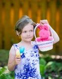 Ritratto delle uova di una tenuta della ragazza e di un canestro di Pasqua Immagine Stock Libera da Diritti
