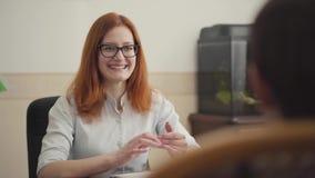 Ritratto dello psicologo femminile che ha sessione con il suo paziente Bello psicoterapeuta dai capelli rossi della donna con i v archivi video