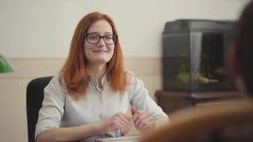 Ritratto dello psicologo grazioso della donna che ha sessione con il suo paziente Bello psicoterapeuta dai capelli rossi della do archivi video