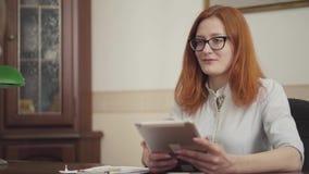 Ritratto dello psicologo sveglio della donna che ha sessione con il suo paziente Bello psicoterapeuta dai capelli rossi della don stock footage