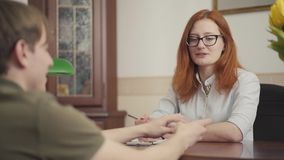 Ritratto dello psicoterapeuta adorabile della donna che ha sessione con il suo paziente Bello psicologo dai capelli rossi della d archivi video