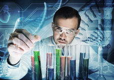 Ritratto dello scienziato maschio concentrato che lavora con i reagenti in laboratorio immagini stock libere da diritti