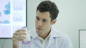 Ritratto dello scienziato pazzo e pazzo in laboratorio stock footage