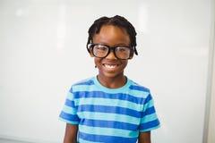 Ritratto dello scolaro felice che sorride nell'aula Fotografia Stock Libera da Diritti