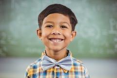 Ritratto dello scolaro felice che sorride nell'aula Immagini Stock Libere da Diritti