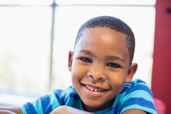 Ritratto dello scolaro felice che sorride nell'aula Fotografia Stock