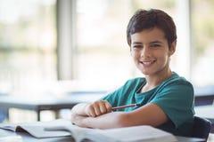 Ritratto dello scolaro felice che studia nell'aula Immagini Stock