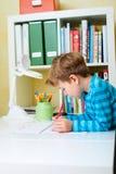 Ritratto dello scolaro felice nel paese Fotografia Stock