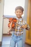 Ritratto dello scolaro sorridente che gioca violino Immagine Stock Libera da Diritti