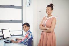 Ritratto dello scolaro sorridente che per mezzo del computer Immagine Stock Libera da Diritti