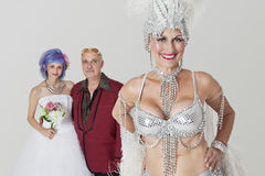 Ritratto dello showgirl senior con il padre e la figlia in vestito da sposa nel fondo Immagini Stock Libere da Diritti