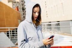 Ritratto dello smartphone della ragazza fotografia stock libera da diritti