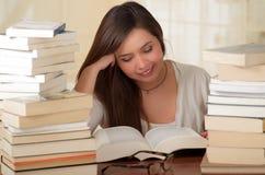 Ritratto dello studente abile con la lettura del libro aperto nella biblioteca di istituto universitario Immagini Stock Libere da Diritti