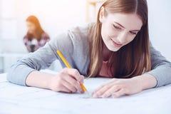 Ritratto dello studente contentissimo quello schizzo del disegno Fotografia Stock Libera da Diritti