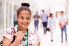 Ritratto dello studente di college femminile In Hallway immagini stock libere da diritti