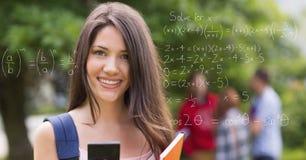 Ritratto dello studente femminile sorridente del collage con le equazioni del ` s di per la matematica sullo schermo trasparente Immagini Stock Libere da Diritti