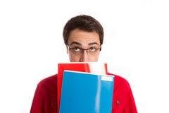 Ritratto dello studente premuroso con i suoi libri isolati su bianco Immagine Stock Libera da Diritti