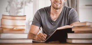 Ritratto dello studente sorridente che prepara per l'esame Fotografie Stock Libere da Diritti