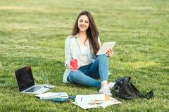 Ritratto dello studente universitario femminile Outdoors On Campus immagine stock