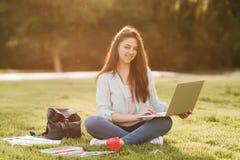 Ritratto dello studente universitario femminile Outdoors On Campus immagine stock libera da diritti