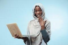 Ritratto dello studente universitario femminile Working sul computer portatile fotografia stock
