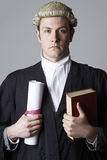 Ritratto dello studio del libro di Holding Brief And dell'avvocato immagini stock libere da diritti