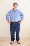 Ritratto dello studio dell'uomo di peso eccessivo sorridente fotografie stock libere da diritti
