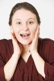 Ritratto dello studio della donna con l'espressione colpita immagini stock
