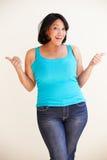 Ritratto dello studio della donna di peso eccessivo sorridente immagine stock