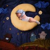 Ritratto dello studio della neonata infantile che indossa un cappuccio di calza Immagine Stock