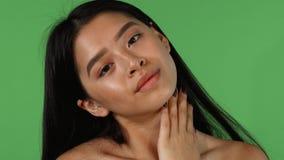Ritratto dello studio di bella donna asiatica che posa seducente stock footage