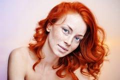 Ritratto dello studio di bella donna della testarossa Immagini Stock Libere da Diritti