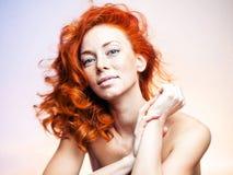 Ritratto dello studio di bella donna della testarossa Fotografia Stock Libera da Diritti