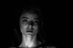 Ritratto dello studio di bella ragazza con capelli lunghi Scintillio sul vostro fronte Bei occhi Fondo scuro mysterious fotografie stock libere da diritti