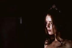 Ritratto dello studio di bella ragazza con capelli lunghi Scintillio sul vostro fronte Bei occhi Fondo scuro mysterious immagini stock