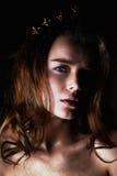 Ritratto dello studio di bella ragazza con capelli lunghi Scintillio sul vostro fronte Bei occhi Fondo scuro mysterious fotografia stock libera da diritti