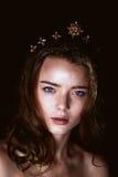 Ritratto dello studio di bella ragazza con capelli lunghi Scintillio sul vostro fronte Bei occhi Fondo scuro mysterious fotografia stock