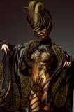 Ritratto dello studio di bello modello con body art dorato della farfalla di fantasia immagine stock